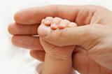 嬰兒的小手抓住大人的手