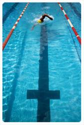 游泳池水道中朝著目標往前游的人